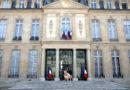 🔴 Remaniement : Valls aperçu à 4 pattes devant la porte de l'Élysée (photos)