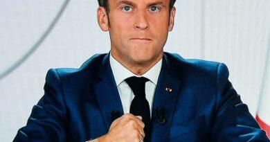 Macron demande aux terroristes d'avoir un pass sanitaire à leur entrée en France